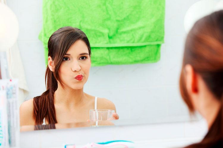 Полоскать рот солевым раствором